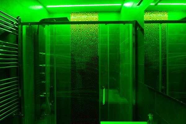 Doccia XL con luce verde cromoterapia spa